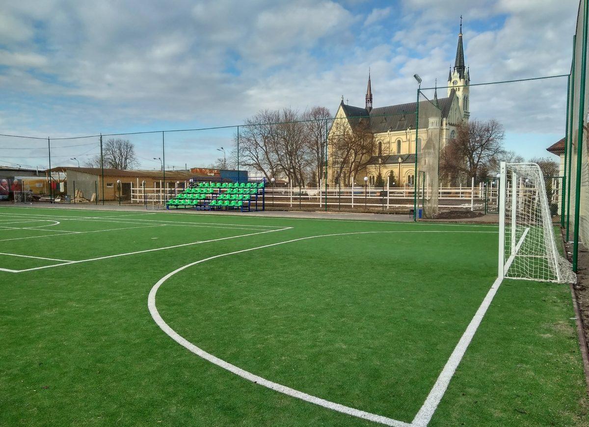 Футбольная коробка біля костелу
